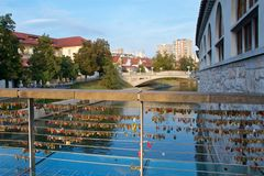 As centenas de amor travam a suspensão na ponte em Ljubljana, Eslovênia Fotografia de Stock Royalty Free