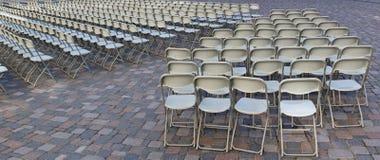 As centenas de cadeiras de dobradura são instaladas no quadrado do granito foto de stock