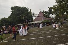 As centenas de católicos fazem a procissão da cruz no tempo Semarang da igreja do ` s de St Paul, sexta-feira 14 de abril de 2017 Foto de Stock Royalty Free