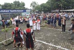 As centenas de católicos fazem a procissão da cruz no tempo Semarang da igreja do ` s de St Paul, sexta-feira 14 de abril de 2017 Fotos de Stock