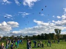 As centenas de papagaios são crescentes no céu durante o festival do papagaio no dia da reunificação alemão Imagem de Stock Royalty Free