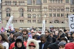 As centenas de Torontonians convirgiram em Nathan Philips Square Fotografia de Stock Royalty Free