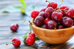 As cerejas doces vermelhas na água deixam cair o close up foto de stock royalty free