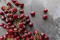 As cerejas pretas deixaram cair aleatório no fundo preto do giz Saboroso, saudável, baga do verão Cerejas vermelhas Feche acima d Imagens de Stock Royalty Free