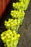 As cestas de esferas de golfe em um golfe colocam Imagem de Stock Royalty Free
