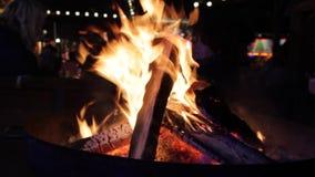 As chamas do fogo queimam o detalhe de queimadura da cintilação da fogueira impetuoso, elemento, luz, sumário, perigo, morno, cha video estoque