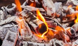 As chamas e os carvões do fogo fotos de stock royalty free