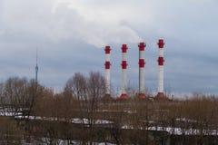 As chaminés e a tevê de fumo de Ostankino elevam-se no inverno 2016 Fotos de Stock
