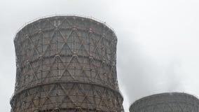As chaminés múltiplas do central elétrica do combustível fóssil de carvão emitem-se a poluição do dióxido de carbono video estoque