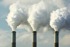 As chaminés múltiplas do central elétrica do combustível fóssil de carvão emitem-se a poluição do dióxido de carbono