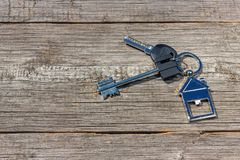 As chaves à casa encontram-se em uma tabela de madeira, o conceito Fotos de Stock