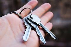 As chaves ajuntam-se de chaves Chave à disposição Fotografia para Web site sobre a venda dos apartamentos e das casas, bens imobi fotos de stock