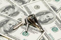 As chaves da casa sobre o cem fazem Imagens de Stock