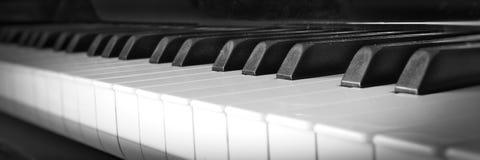 As chaves do piano fecham-se acima com teclado preto e branco imagem de stock royalty free