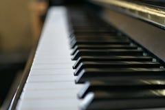 As chaves do piano fecham-se acima com teclado preto e branco foto de stock royalty free