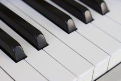 As chaves do piano fecham-se acima, vista lateral imagens de stock