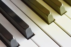 As chaves do piano fecham-se acima, vista lateral, tonificada fotografia de stock