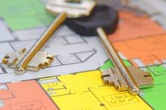 As chaves e a disposição de um apartamento novo Fotografia de Stock Royalty Free