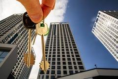 As chaves no fundo de um centro de negócios moderno Fotos de Stock