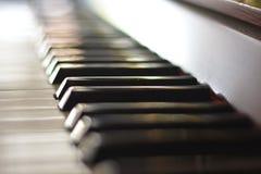 As chaves preto e branco de um piano antigo do jazz foto de stock royalty free