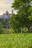 As cidades velhas as mais bonitas em Itália: Locorotondo, colocado na parte superior de um monte, tem uma das skylines as mais su Imagem de Stock Royalty Free