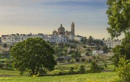 As cidades velhas as mais bonitas em Itália: Locorotondo, colocado na parte superior de um monte, tem uma das skylines as mais su Foto de Stock
