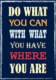 As citações de inspiração da motivação fazem o que você pode com o que você tem onde você é cartaz do vetor ilustração stock