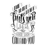 As citações inspiradas da motivação o trabalho duro põem-no onde a boa sorte pode o encontrar Caligrafia escrita mão, escova Imagens de Stock