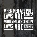 As citações inspiradas quando os homens são leis puras são inúteis quando os homens são leis corrompidas são quebradas ilustração stock