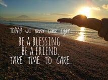 As citações inspiradores inspiradas hoje nunca virão outra vez Seja uma bênção Seja um amigo Tome o tempo importar-se Com jovem m fotografia de stock