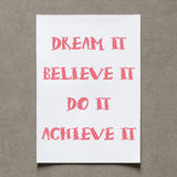 As citações positivas escrevem na folha do Livro Branco com sombra com vinta Fotografia de Stock