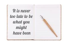 As citações positivas & inspiradores escritas em um caderno do vintage Fotografia de Stock Royalty Free