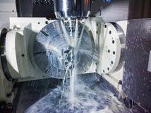 5-as cnc malenmachine op het werk met koelmiddel onder druk en motieonduidelijk beeld van stromen stock afbeelding