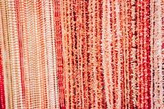 As colares com os grânulos vermelhos e cor-de-rosa e os corais em uma ourivesaria compram fotos de stock royalty free