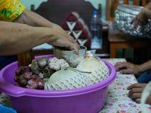 As colheitas sazonais locais de Tailândia que estão sendo dadas às pessoas idosas para pagar o respeito durante o festival de  foto de stock royalty free