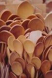 As colheres de madeira fecham-se acima fotografia de stock