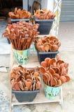 As colheres de madeira feitos a mão agruparam junto e venderam em uma feira do artesanato em Brasil imagem de stock royalty free