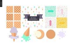 As colheres do gelado em cones do waffle ajustaram-se em um fundo branco Fotografia de Stock Royalty Free