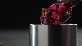 As colheres do vinagrete são colocadas em um molde do ferro video estoque