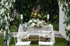 As colunas brancas com os ramalhetes das rosas cercam o lugar Fotos de Stock Royalty Free