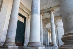 As colunas da igreja de San Francesco di Paola Nápoles em Itália fotografia de stock royalty free