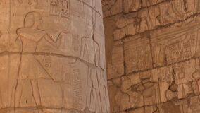 As colunas de pedra com o relevo que cinzela no complexo egípcio antigo do templo filme