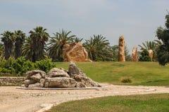 As colunas de pedra estão em um círculo em um parque em Israel foto de stock royalty free
