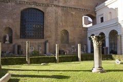 As colunas permanecem no jardim dos banhos de Diocletian Foto de Stock Royalty Free