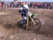 As competições do motocross a região de Novosibirsk em 2013, o participante do atleta superam um curso de obstáculo sujo na fotos de stock