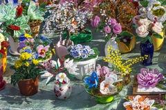 As composições da flor em uns potenciômetros feitos por um método do beadwork cidade Foto de Stock