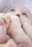 As configurações abertas do bebê em um cobertor fotografia de stock