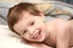 A criança alegre coloca fotos de stock