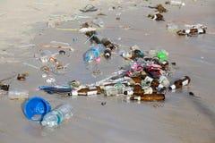 As consequências da poluição de água do mar no Haad Rin encalham após o partido da Lua cheia Koh Phangan, Tailândia Imagem de Stock