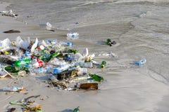As consequências da poluição de água do mar no Haad Rin encalham após o partido da Lua cheia na ilha Koh Phangan, Tailândia